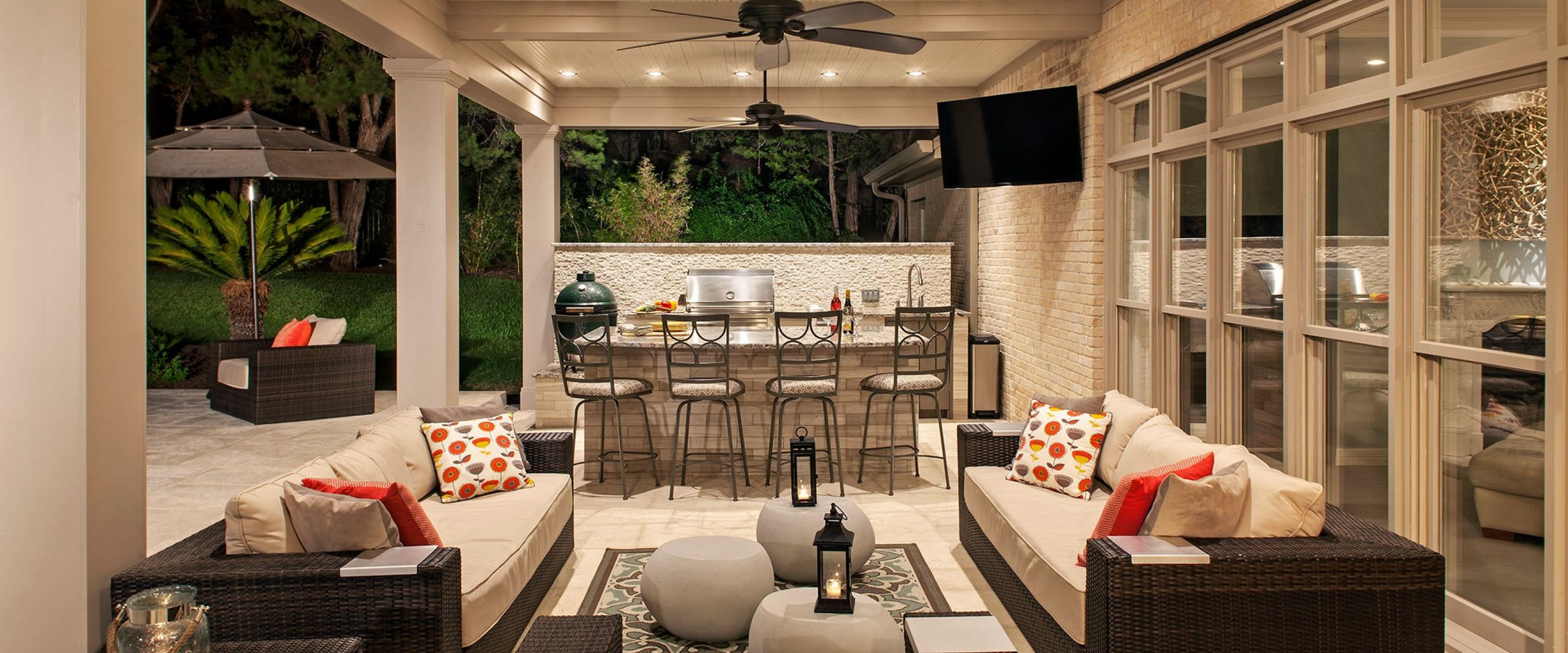 Modern Backyard Outdoor Kitchen